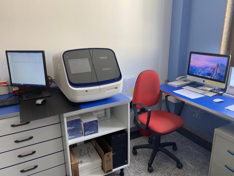 Imagen con equipos de Ampligen para realizar análisis y pruebas de ADN como el perfil genético