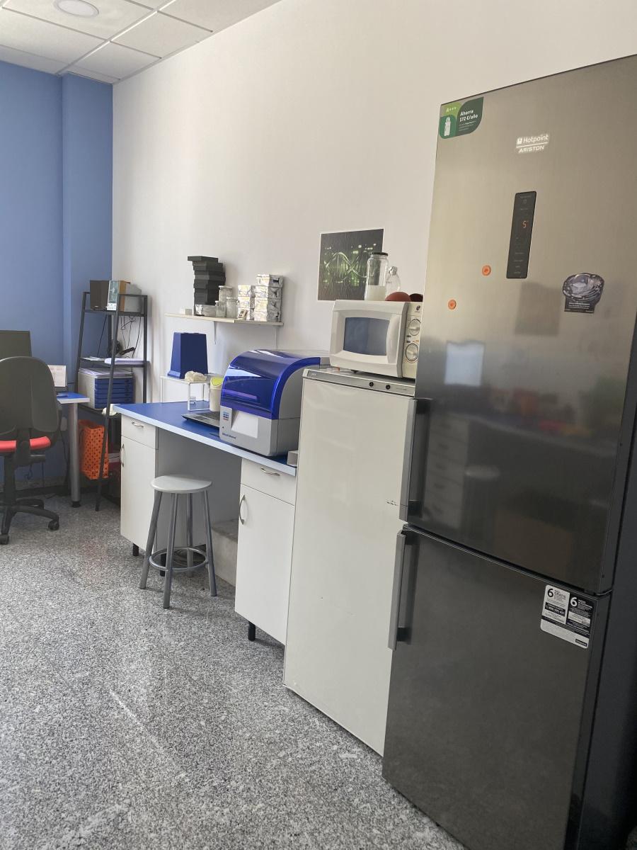 Imagen de una sala de las instalaciones de Ampligen con equipamiento