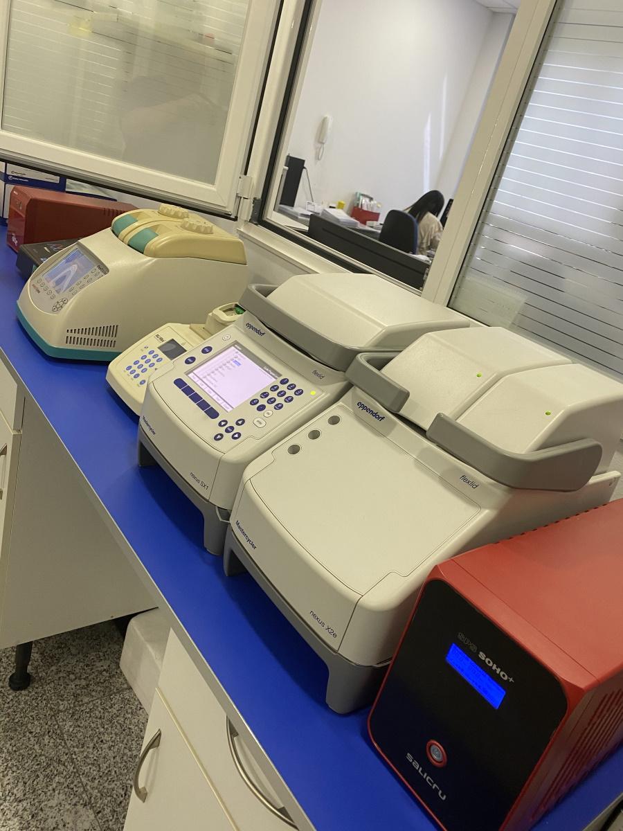 Imágenes de distintos equipos utilizados en los tests de ADN como el del cromosoma X