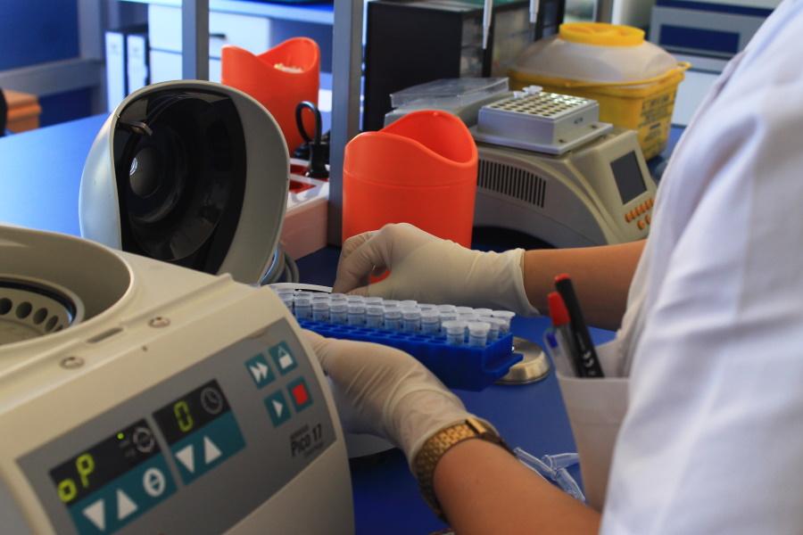 Personal cualificado de Ampligen realizando trabajos en el laboratorio